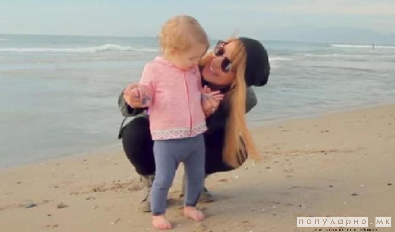 ВИДЕО: Приспивната песна на една самохрана мајка стана хит на социјалните мрежи