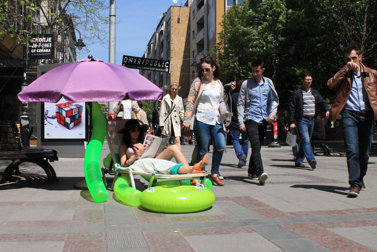 """ФОТОГАЛЕРИЈА: Девојка во бикини на улица """"Македонија"""" си ја одбра дестинацијата за ова лето"""