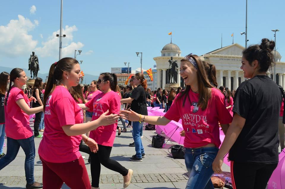 Матурантите точно напладне ќе танцуваат со порака за ненасилство и толеранција