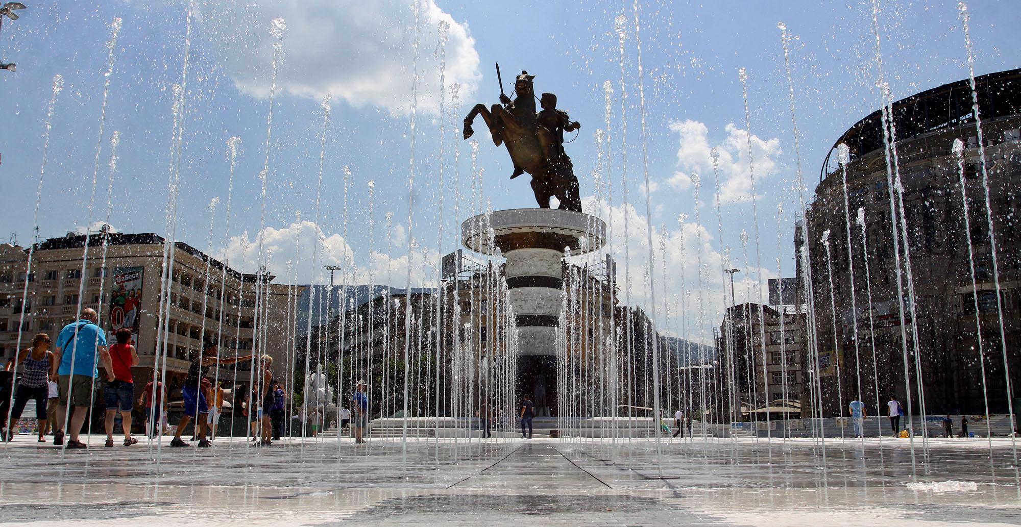 """ФОТОГАЛЕРИЈА: Новиот изглед на плоштадот """"Македонија"""""""