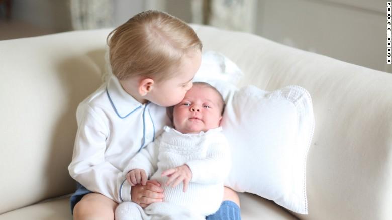 Фотографија која го разнежни светот: Принцезата Шарлот во прегратката на принцот Џорџ