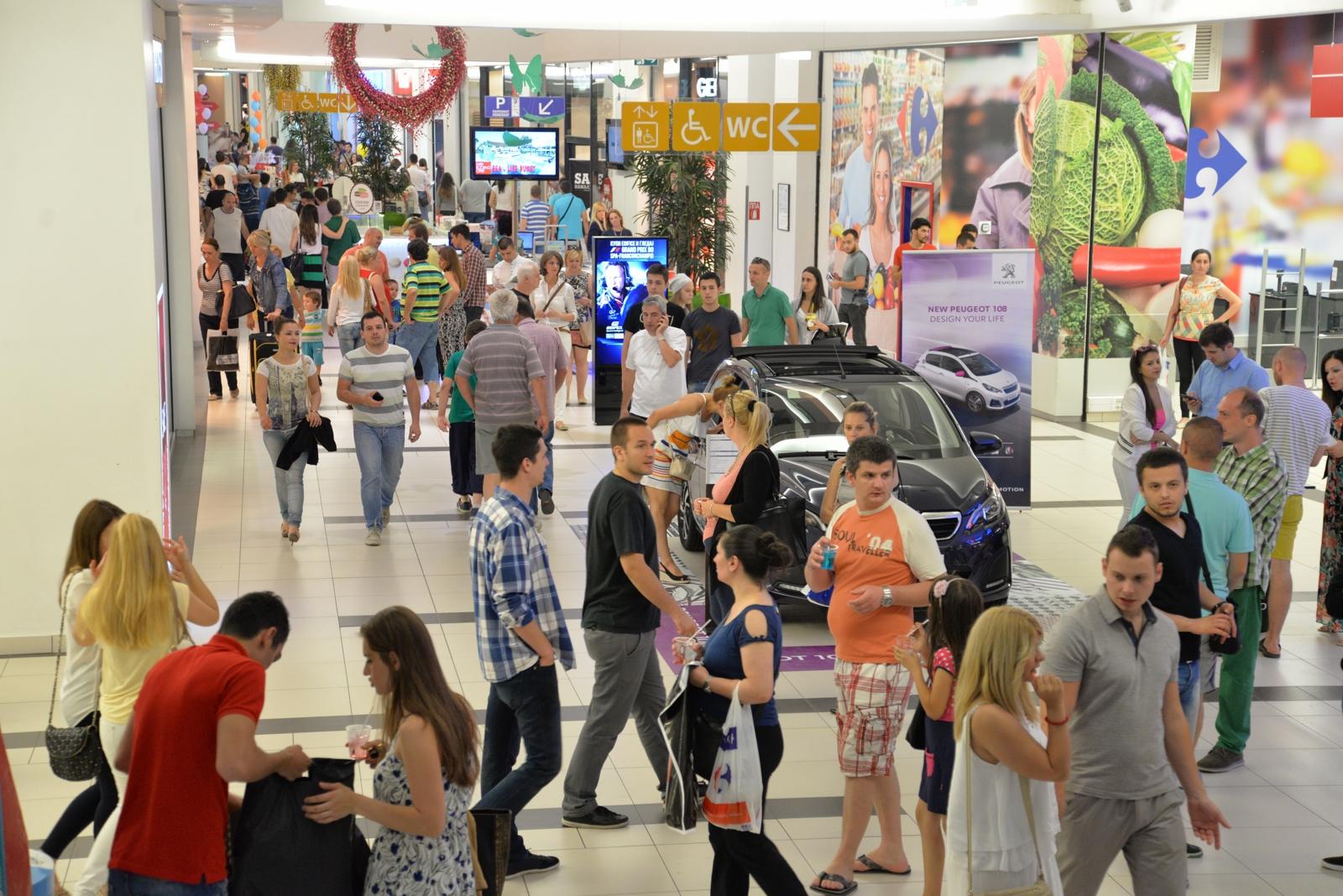 ФОТО: Рекорден број посетители на дводневниот ноќен шопинг во Скопје Сити Мол