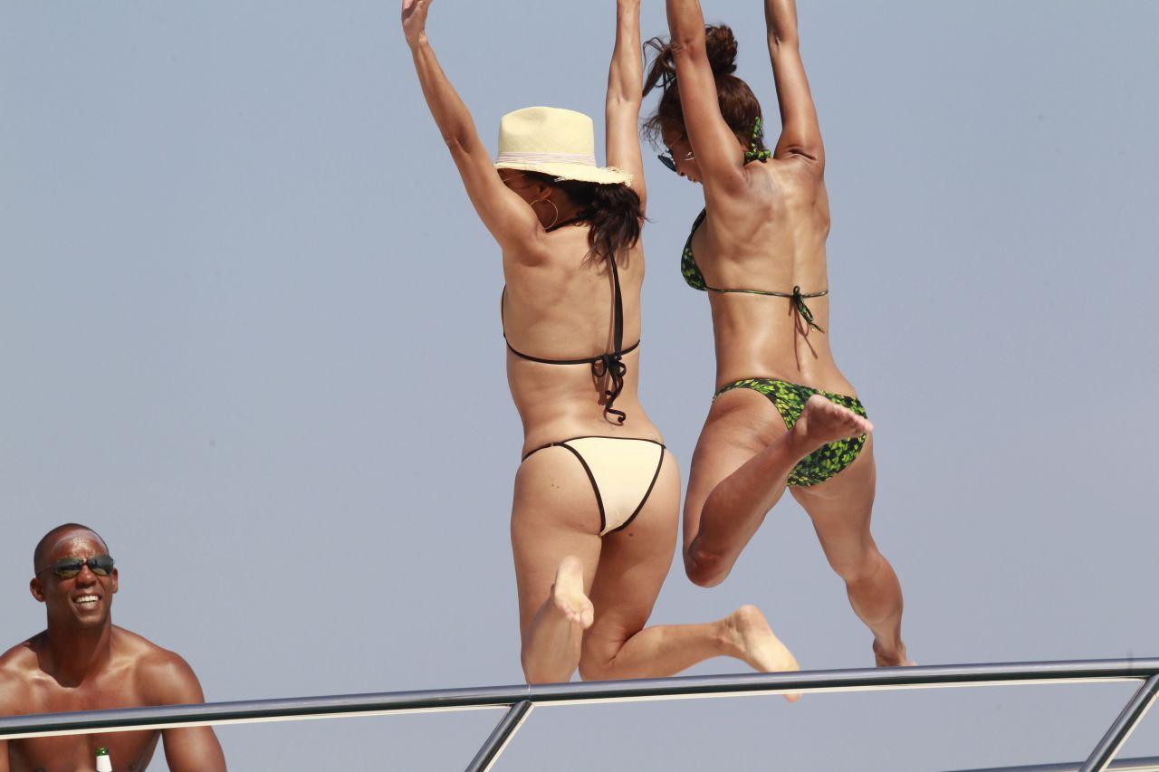 """Ева Лонгорија """"жари и пали"""" по шпанските плажи"""