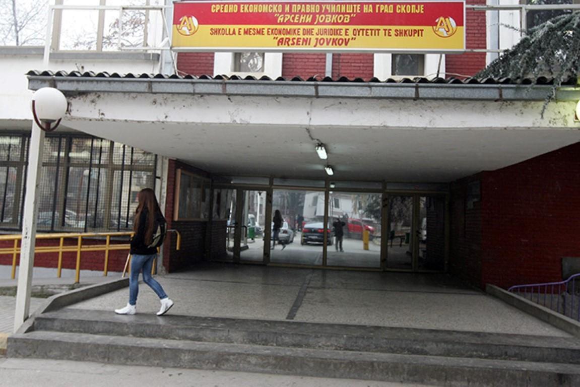 """Десетина ученици од средното """"Арсени Јовков"""" затруени со спреј од две непознати лица"""
