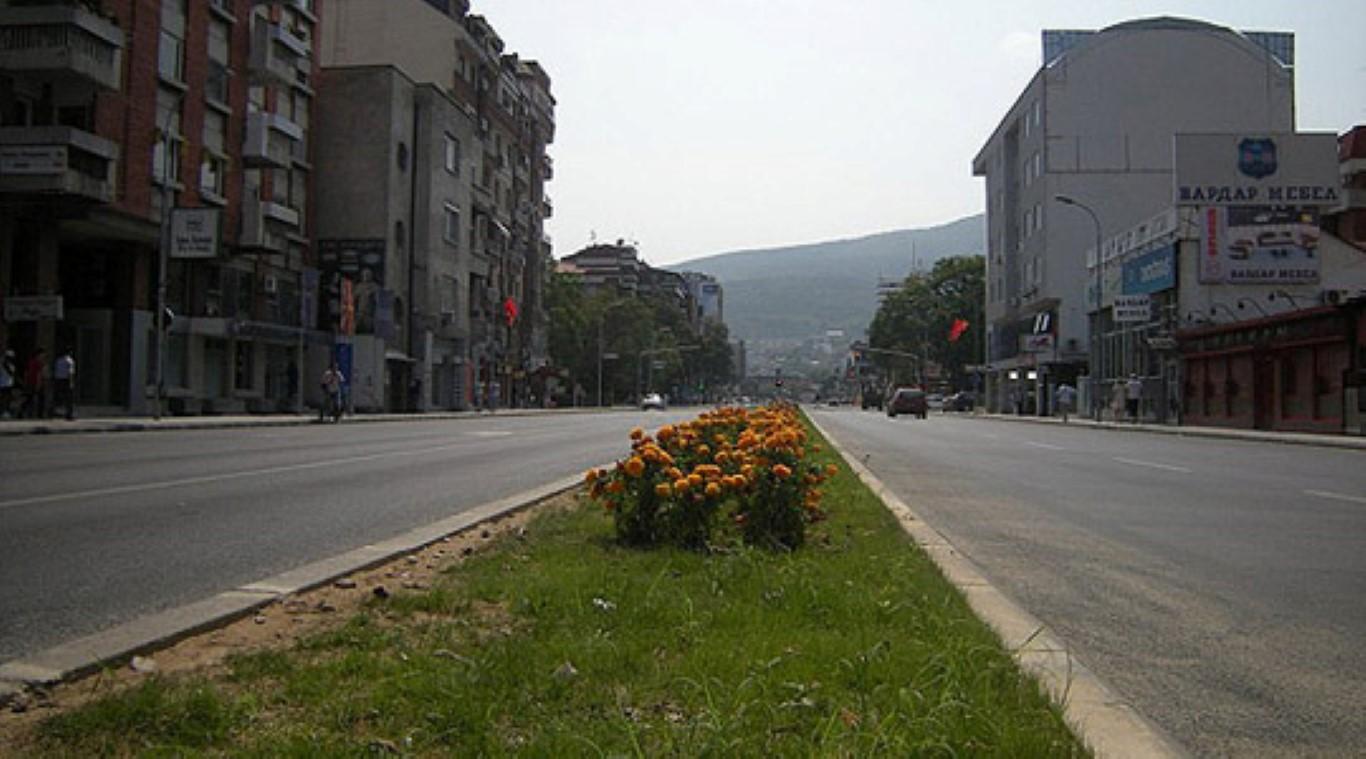Прскање на улиците во Скопје за намалување на загаденоста на воздухот