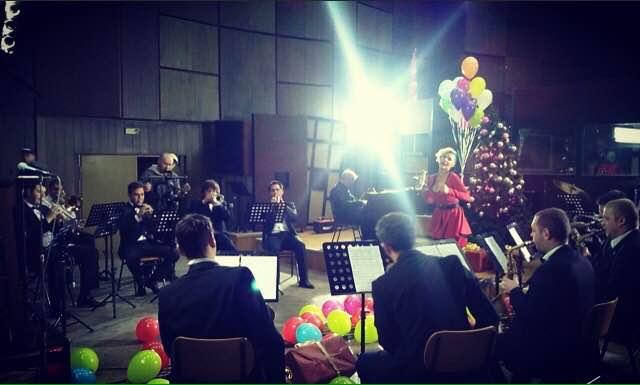 ПРЕДНОВОГОДИШНА ЕУФОРИЈА: Сара Мејс и Биг бендот на МРТ ви посакуваат Среќна нова година!