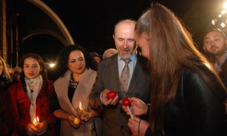 Илјадници граѓани пред храмовите вчеравечер го дочекаа Христовото воскресение Велигден (ФОТОГАЛЕРИЈА)