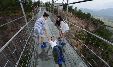 Највисокиот стаклен мост во светот повторно отворен