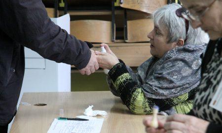МОСТ РЕГИСТРИРА НЕПРАВИЛНОСТИ: Гласачи го фотографирале своето ливче во Радовиш и Ѓорче Петров