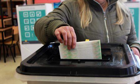 Приведен тетовец за фотографирање избирачко ливче