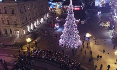 СКОПЈЕ ВО НОВОГОДИШНО РУВО: Светна елката на плоштад (ФОТОГАЛЕРИЈА)