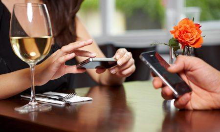 Ресторан во Лондон го забрани користењето телефон во текот на јадењето