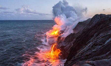 Лавата од хавајскиот вулкан Килауеа го разбранува Тихиот Океан