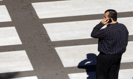 Хонолулу ќе ги казнува пешаците кои преминуваат улица гледајќи во мобилните телефони