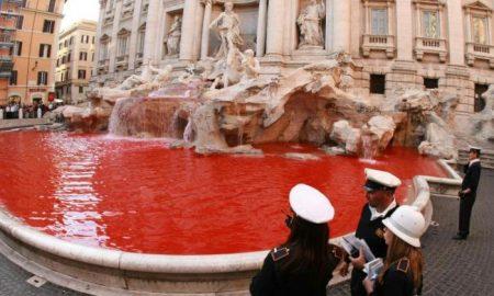 """Во фонтаната """"Ди Треви"""" во Рим потече црвена вода"""