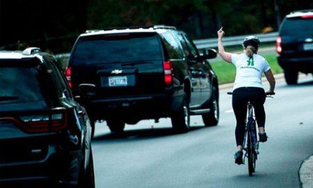 Жената што му покажа среден прст на Трамп остана без работа