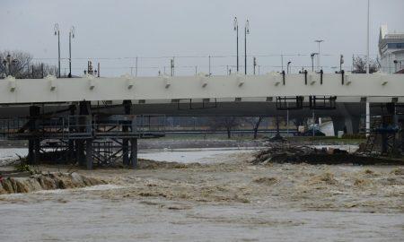 Дождовите предизвикаа зголемен водостој на реките и го отежнаа сообраќајот