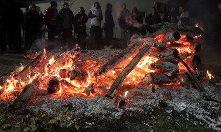 Коледарски огнови во повеќе скопски маала (ФОТО)