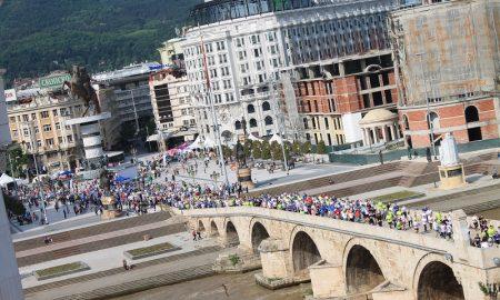 НИЗ ОБЈЕКТИВОТ: Илјадници маратонци низ скопските улици (ФОТОГАЛЕРИЈА)