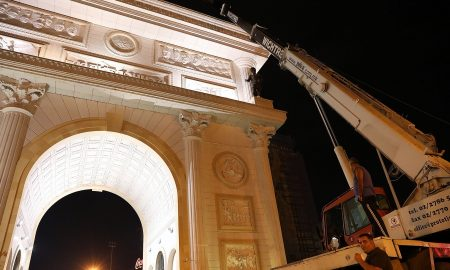 Се поставува бројчаникот на Порта Македонија (ФОТО)