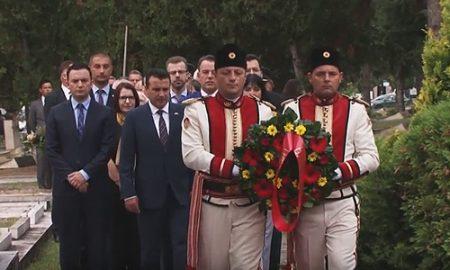 Владина делегација положи цвеќе на вечните почивалишта на Трајковски и Глигоров